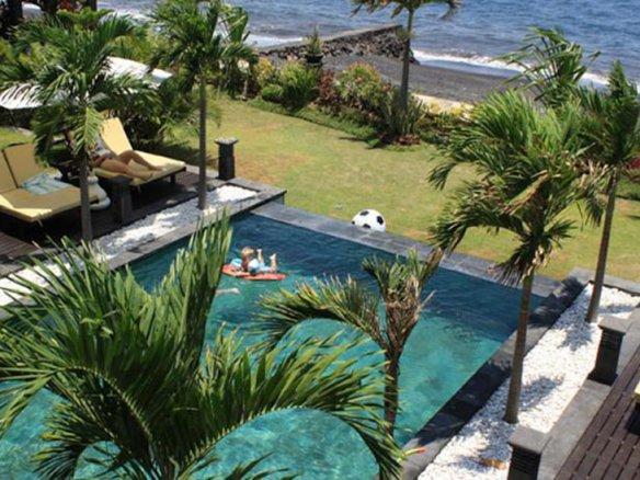 Splendid beachfront villa for sale in Bali in Lovina area